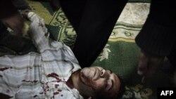 Эгіпецкі пратэстовец з кулевым раненьнем пасьля сутыкненьняў з паліцыяй ля плошчы Тахрыр 29 студзеня.