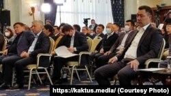 """Садыр Жапаров (оң жақта) """"Ала-Арча"""" мемлекеттік резиденциясында өткен парламенттің кезектен тыс отырысы кезінде. 14 қазан 2020 жыл."""