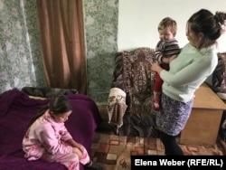 Татьяна Азонованың иесіз қалған көппәтерлі ескі үйде балаларымен бірге тұрып жатқанына бірнеше жыл болған.