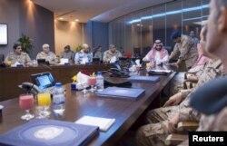 Министр обороны Саудовской Аравии принц Мухаммад бин Салман (в центре) принимает решение о начале операции в Йемене. 25 марта