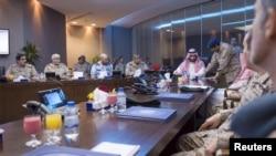 Саудиянын коргоо министри, ханзада Мухаммед бин Салман (ортодо) Йемендеги операциянын жүрүшү тууралуу маалыматты угууда. Эр-Рияд, 26-март 2015