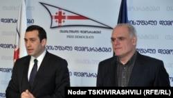 Лидер партии Ираклий Аласания (слева), хорошо осведомленный о деталях истории Осадзе (справа), называет основной проблемой невозможность привлечь к ответственности должностных лиц
