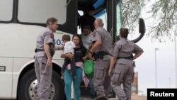 Нелегальные мигранты из Латинской Америки выходят из автобуса погранслужбы США в Аризоне
