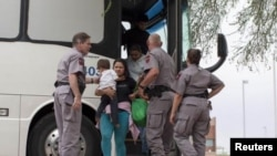 Нелегальные иммигранты из Латинской Америки выходят из автобуса Погранслужбы США в Аризоне.