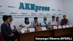 Сотрудники КНУ на пресс-конференции.