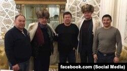 Люди, сфотографировавшиеся с Салимбаем Абдувалиевым. Фото взято со страницы Балбака Тулебаева в Facebook'е.