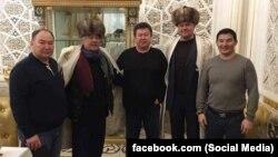 Дамирбек Асылбек уулу (крайний слева) и еще несколько кыргызстанцев с Салимбаем Абдувалиевым. Фото взято со страницы Балбака Тулебаева в Facebook'е.