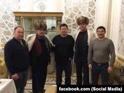 Салим Абдувалиев (чапдан иккинчи) билан суратга тушган қирғизистонликлар. Сурат Азаттиқ радиосидан олинди.