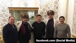 """Салимбай Абдувалиев менен сүрөткө түшкөн адамдар. Сүрөт Балбак Түлөбаевдин """"Facebook"""" баракчасынан алынды."""