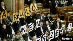 Reprezentanți ai dreptei radicale în sala Parlamentului la Budapesta