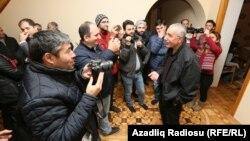 Ադրբեջան – Իրավապաշտպան Ինթիգամ Ալիևը հարցազրույց է տալիս լրագրողներին ազատ արձակվելուց հետո, Բաքու, 28-ը մարտի, 2016թ․