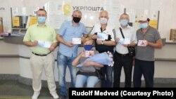 Члены Киевского и Крымского обществ филателистов во время памятного гашения марки в честь Ивана Ляшенко