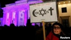 """De veghe în faţa Porţii Brandenburg din Berlin, cu inscripţia """"Coexistenţă"""", 13 ianuarie 2015"""