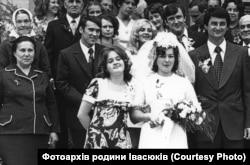 Весілля Любомира Криси і Галини Івасюк у Львові. Володимир Івасюк був дружбою на весіллі сестри. Фотографія родини Івасюків