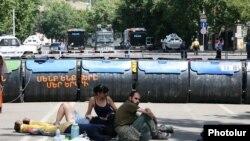 Նստացույցի մասնակիցները Բաղրամյան պողոտայում, Երևան, 29-ը հունիսի, 2015թ․