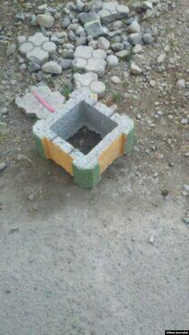 Фурқатда катта магистрал йўл бўйига қўйиб чиқилаëтган бетон туваклардан бири.