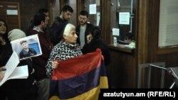 Протест перед зданием суда в Ереване