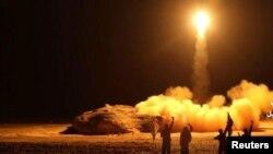 تصویری که سال گذشته شبهنظامیان حوثی از شلیک موشک به هدف عربستان سعودی منتشر کردند