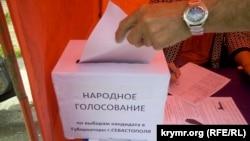 У одному з наметів, де проводять «народне опитування», Севастополь, травень 2017 року