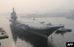 Первый китайский авианосец отечественного производства Type 001A выходит из порта в Даляне