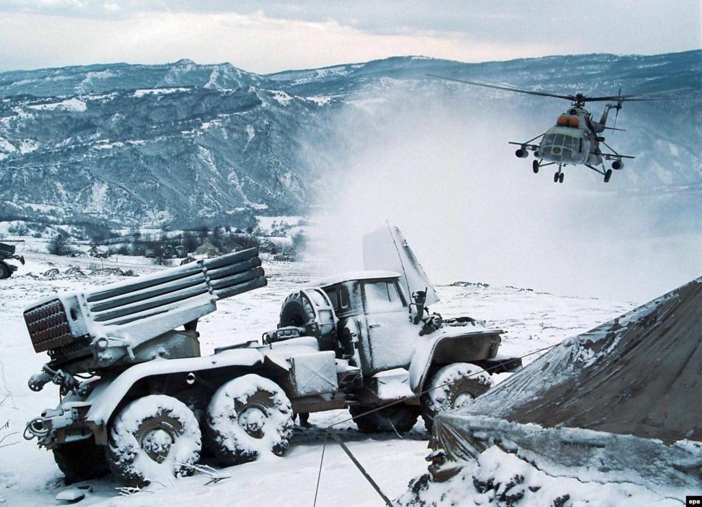 Ресей әскерилері Шешенстандағы тауларды барлап жүр. 2000 жылдың сәуірі.