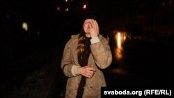 Лідзія Каваленка плача пасьля прысуду сыну Сяргею