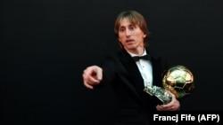 Luka Modric pozînd cu trofeul după ceremonia de acordare a Balonului de Aur de către FIFA la 3 decembrie la Paris