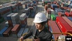 Работник порта, расположенного на реке Янцзы в китайской провинции Хубэй. Иллюстративное фото.