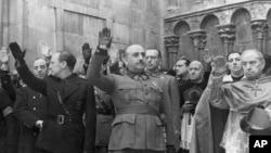Диктатор Франсиско Франко во время церемонии в Бургосе 20 ноября 1938 года