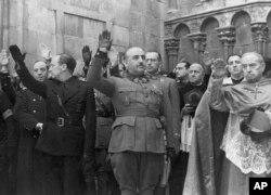 Dictatorul spaniol Francisco Franco (centru), 20 noiembrie 1938