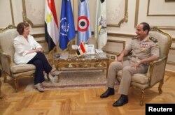 Misir - Qahirəyə barışıq missiyası ilə gələn Avropa Birliyinin xarici siyasət idarəsinin rəhbəri Catherine Ashton ordu komandanı general Abdel Fattah al-Sisi ilə görüşür. 29 iyul 2013