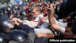 Фотографія з сайту МВС України, на якій позначено представника партії «Свобода» Ігоря Швайки під час сутичок під будівлею Верховної Ради 31 серпня