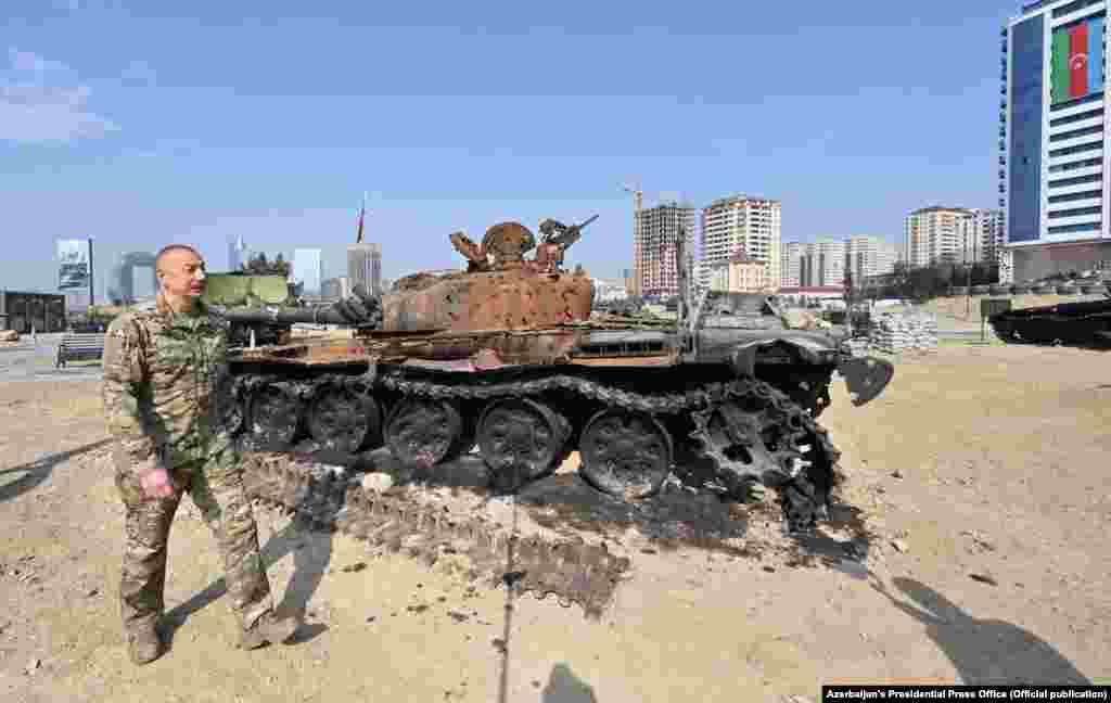 В парке выставлено более 300 экспонатов, в том числе около 150 единиц тяжелой техники, – сообщили в пресс-службе азербайджанского лидера