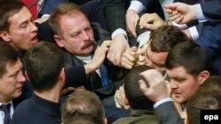 Pamje nga rrahja e deputetëve në Parlamentin e Ukrainës