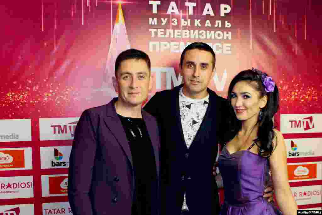 Ризат һәм Зинирә Рамазановлар беренче тапкырTMTV каналы бүләге алды, уртада музыкант, иң билгеле җырларга көй язучы Марат Мухин