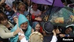 Тимошенко се поздравува со приврзаниците пред судот во Киев