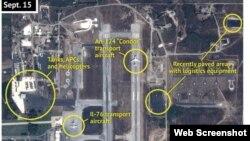 На снимке предположительно российские самолеты и бронетехника на военной базе в сирийской провинции Латакия, 15 сентября 2015 года.