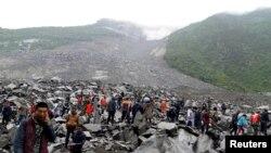 Pamje nga rrëshqitja e dheut në provincën Sichuan të Kinës