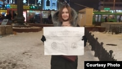 Участница одиночного пикета ЛПР в Казани