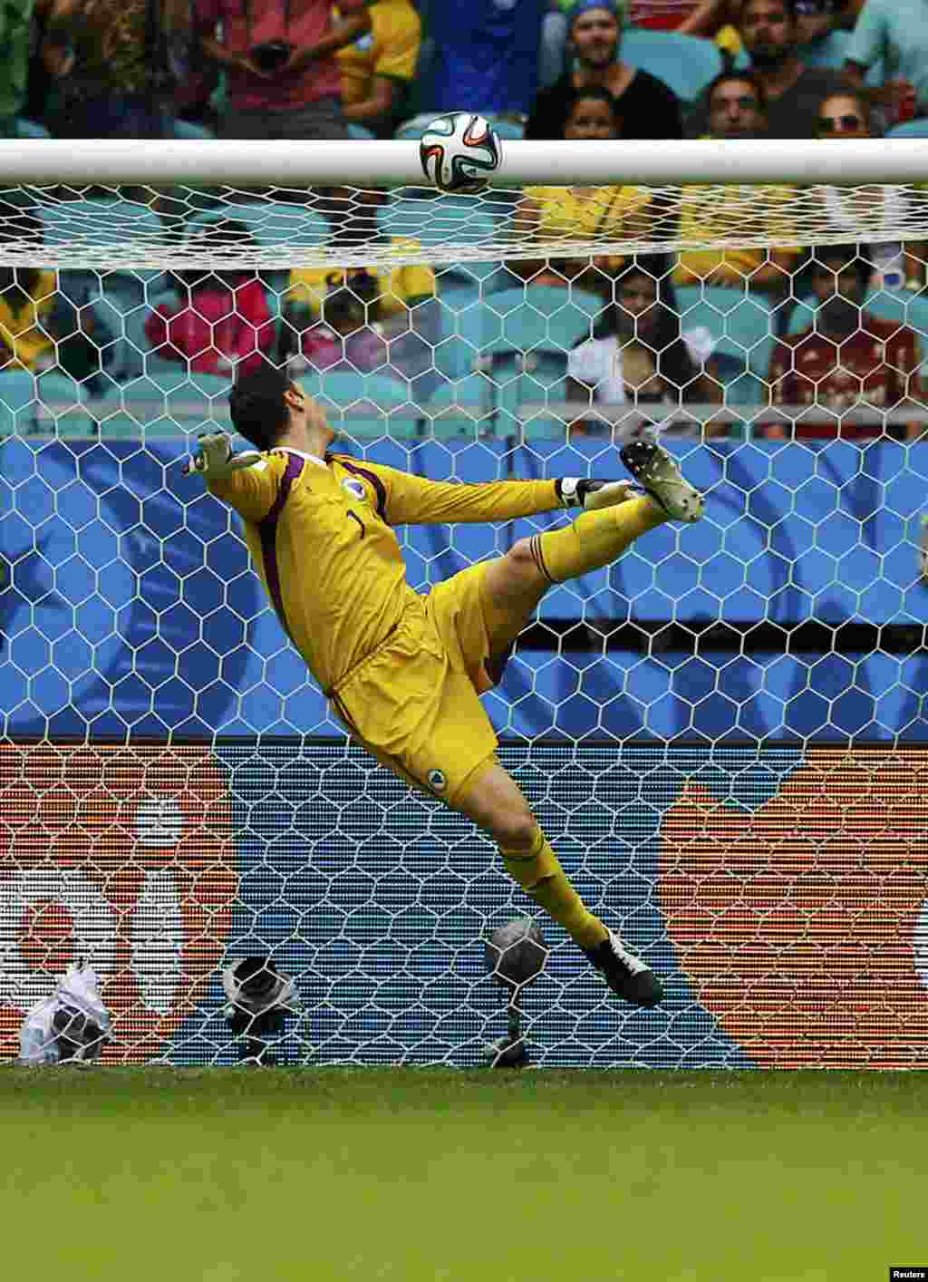 Bosniya və Herseqovina-İran – 3:1. Bosniyalı qolkiper Asmir Begovic topu nəzərləri ilə müşayiət edir.