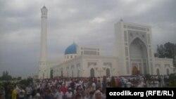 Верующие у мечети после завершения месяца Рамадан. Ташкент, 18 июля 2015 года.