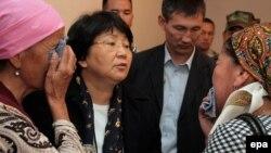 Тополоңдо жабыркаган аялдар Р. Отунбаевага арыз-арманын айтып жатышат