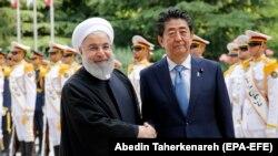 Абе Сіндзо (праворуч) із президентом Ірану Хасаном Роугані – це перший візит чинного прем'єр-міністра Японії до Ірану за понад 40 років
