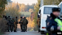 Russia -- Russian police block the road to the house of Amiran Georgadze who is suspected in murdering four people, in the village of Timoshkino, some 27 km from the town of Krasnogorsk in the Moscow region, October 20, 2015