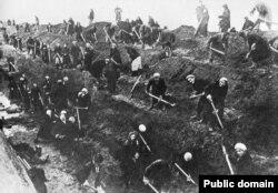 """Женщины, мобилизованные на """"трудовой фронт"""", роют окопы и ловушки для танков под Москвой, осень 1941 года"""