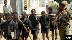 تعدای از کودکان روندایی در جریان نسل کشی سال ۱۹۹۴ توسط نیروهای شبه نظامی در حال انتقال به محل دیگری هستند. (عکس از AFP)
