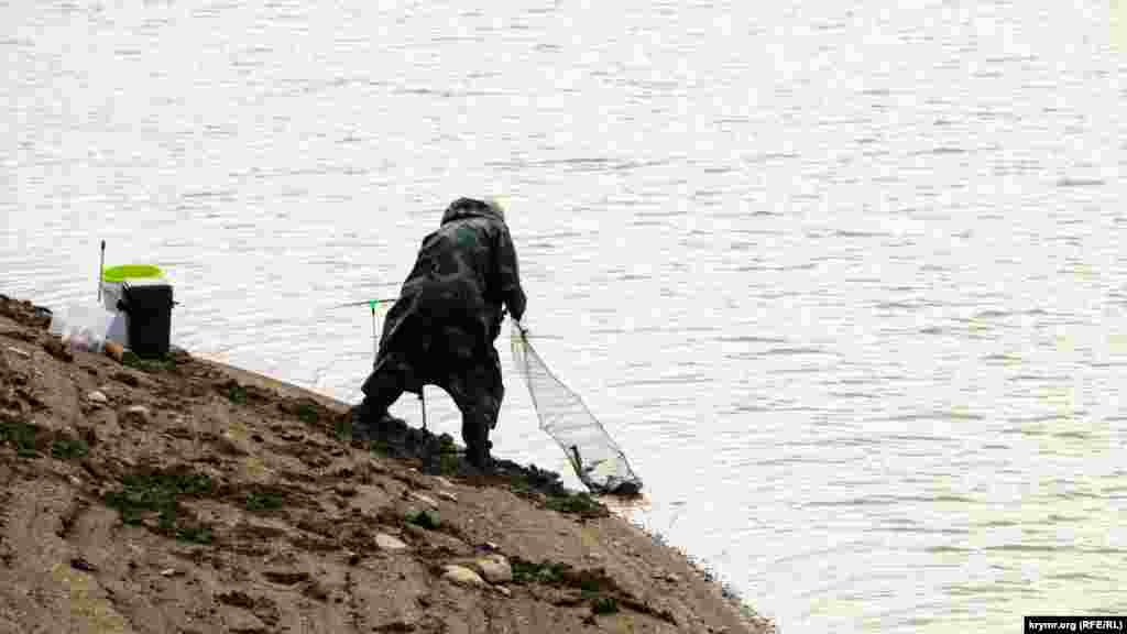Рибак на березі обмілілого Аянського водосховища, 4 листопада 2020 року