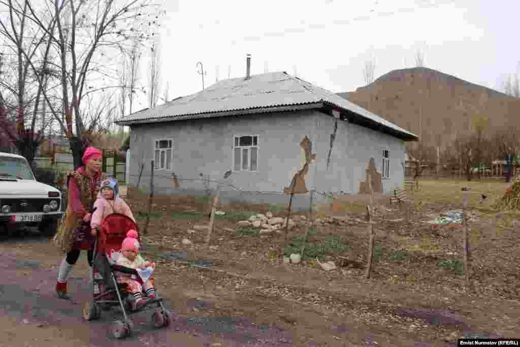 Премьер-министр Сариев также сказал, что многие дома в регионах строятся без учета сейсмоопасности.