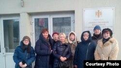 Инициативная группа обманутых дольщиков у входа в здание правительства Новосибирской области