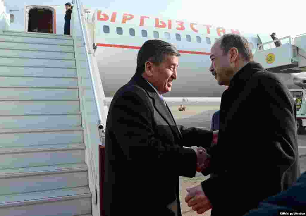 В аэропорту Жээнбекова встретил премьер-министр Узбекистана Абдулла Арипов.